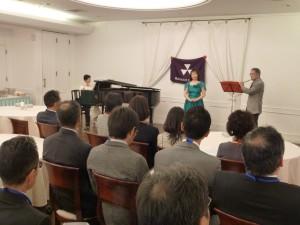 近藤直子さんのソプラノ(中央)、堀則子さんのピアノ(左)、桜井彪さんのフルート(右)によるミニコンサート