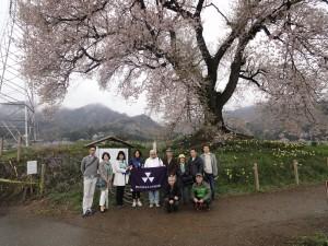 わに塚の桜の前で記念撮影