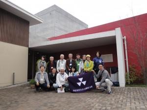 韮崎大村美術館前で記念撮影