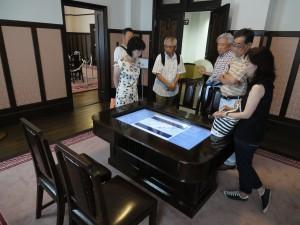 山梨県庁別館「近代人物館」の旧知事応接室。昭和30年代の映像を見ることができる
