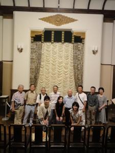 山梨県庁別館の3階に再現された、特別な行事などの際に使われる正庁で記念撮影