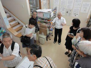 「山梨平和ミュージアム」で浅川保理事長から説明を受ける