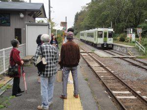 甲斐小泉駅で帰りの列車を待つ一行。県内ではたいがい車で移動しているので、列車でのミニ旅はまた新鮮でした